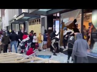 Грабежи магазинов в Нью Йорке США