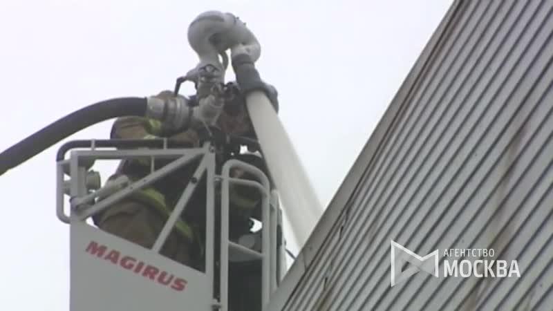 Работа пожарно-спасательных подразделений по ликвидации возгорания на складе в подмосковном Реутове