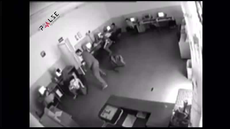 Разъяренный посетитель компьютерного клуба накинулся на ребят.