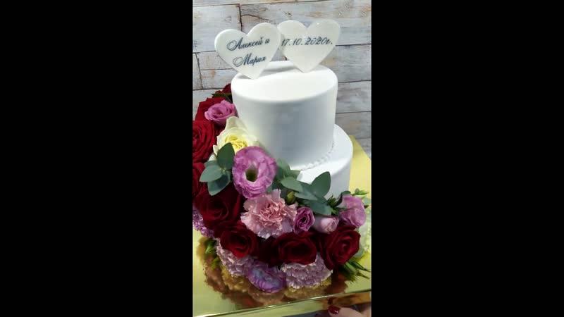Роскошный свадебный торт для двух влюбленных сердец