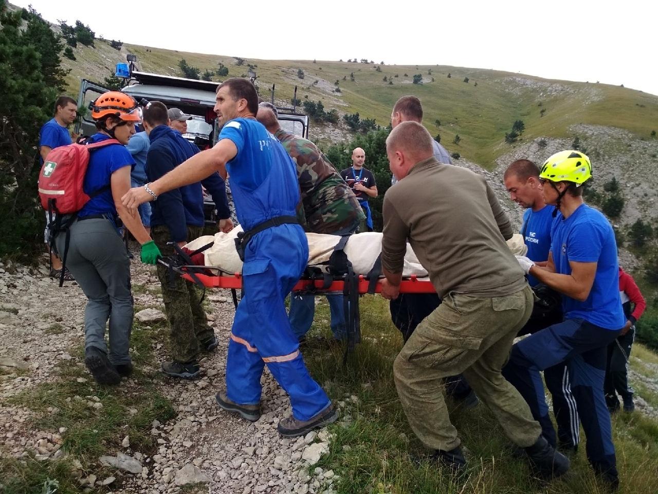 В КЧР сорвался в пропасть автомобиль с туристами