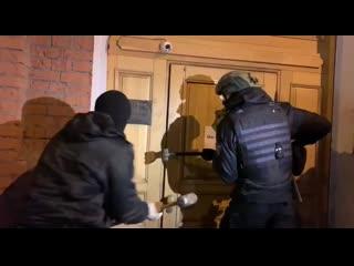 ОМОН с помощью кувалды вскрыл двери бара в центре Москвы, работавшего ночью [NR]