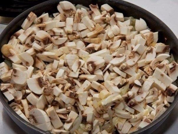Рулетики мясные к праздничному столу Ингредиенты:- Свиное филе - 700 г- Грибы - 500 г- Лук репчатый - 2 шт- Яйцо куриное - 2 шт- Сыр твердый - 150 г- Сливки - 1 стакан- Соль - по вкусу- Перец