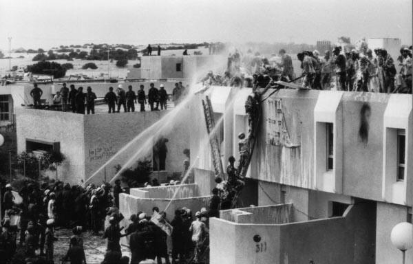При депортации жителей обливали водой из пожарных рукавов.