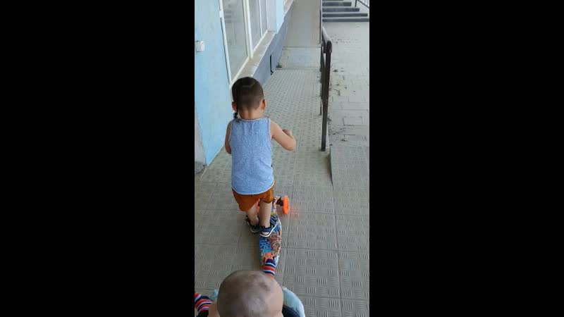 Внуки во дворе июнь 2020г