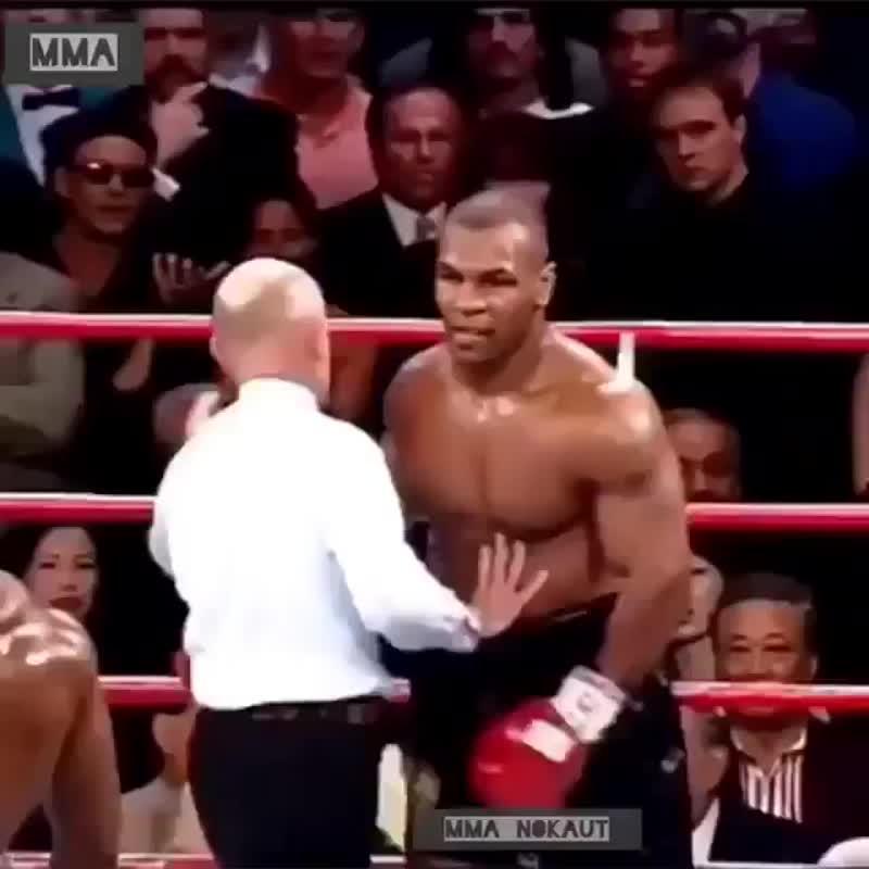 Тот самый момент, когда Майк Тайсон начал кусать Эвандера Холифилда за ухо