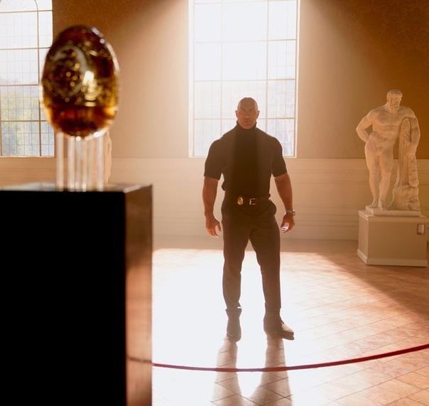 Дуэйн Джонсон любуется реликвией на съёмках боевика «Красное уведомление»