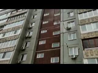 """Бетонная плита упала на """"Ниссан"""" во Владивостоке из-за ледяного дождя"""