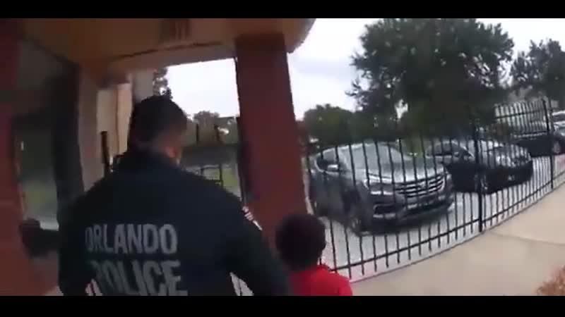 На видео 6 летняя девочка плачет и умоляет офицера освободить ее после задержания за то что пнула учителя