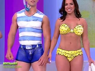 Бодиарт. Бразильское телешоу. Эротический бодиарт на теле толстушки. Большие сиськи. Рисунки на теле. Голые на публике. Топлес