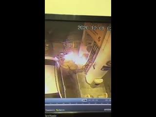 """В Южно-Сахалинске водила решил провести """"эксперимент"""" и <strong>попытался растопить лёд на бензобаке с помощью зажигалки.<br />"""