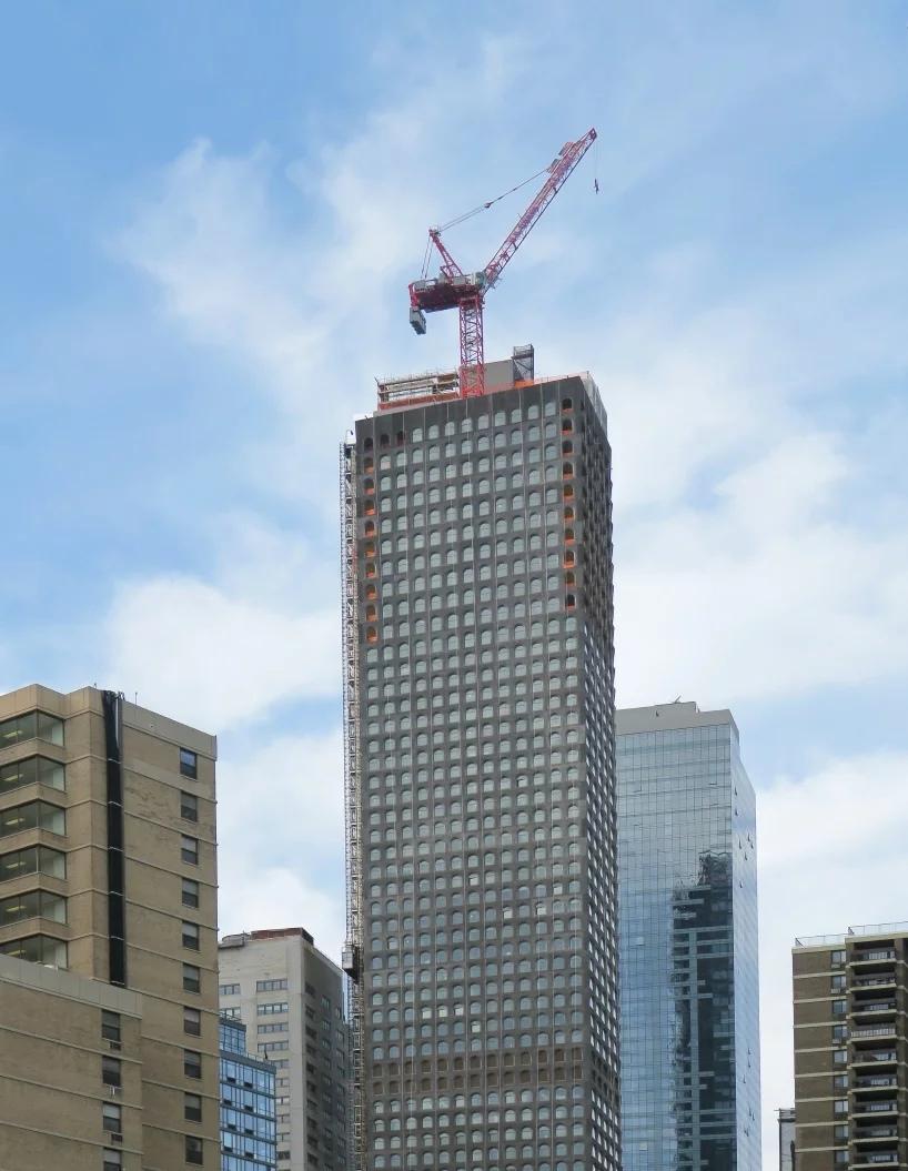 В Нью-Йорке завершается строительство небоскреба с дизайном прошлого века