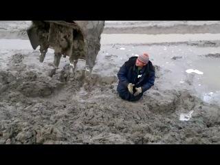 Мужик увяз в грязи