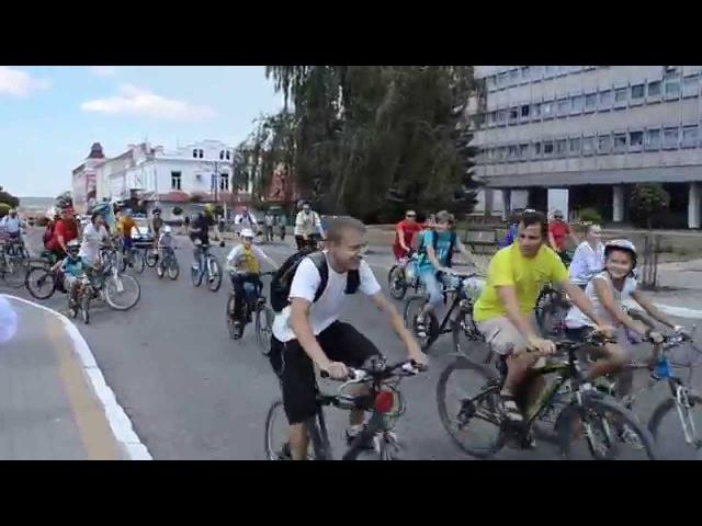 Прикрасивши велосипеди національною символікою кам'янчани проїхалися вулицями міста Скачать в HD смотреть онлайн без регистрации