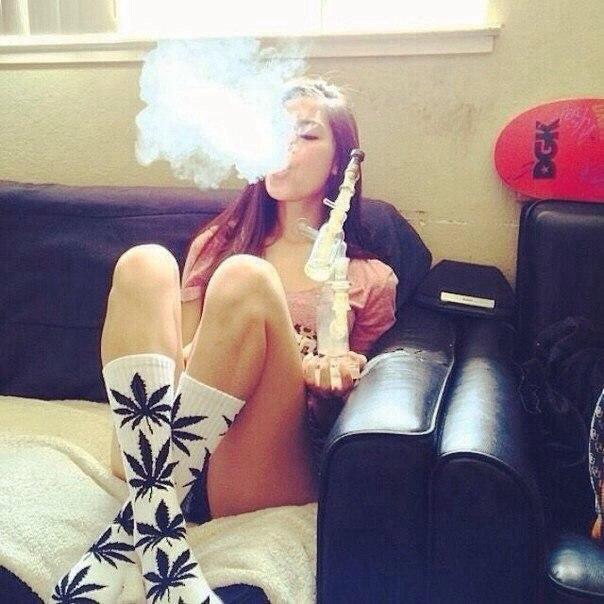 Девушка курит марихуана что сделать из сухой марихуаны