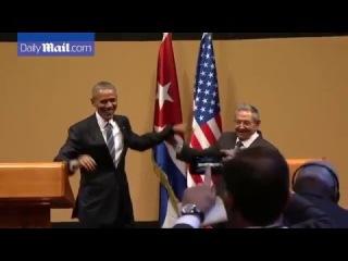 Барак Обама попытался похлопать по плечу Рауля Кастро