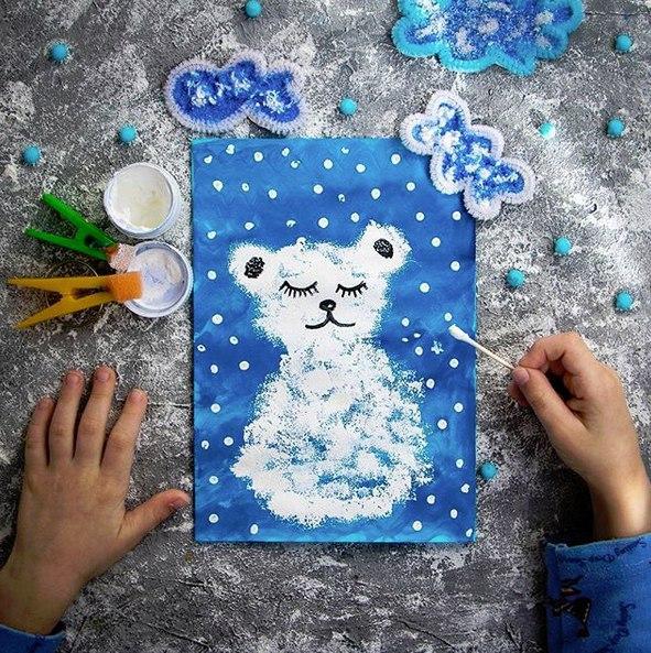 ПОДЕЛКИ НА ТЕМУ ЗИМА Невероятно простая в исполнении открытка Зато какая красивая! Берите идею на заметкуФон - синяя гуашьМишка - белая гуашь , губкаСнег - ватная палочка , белая