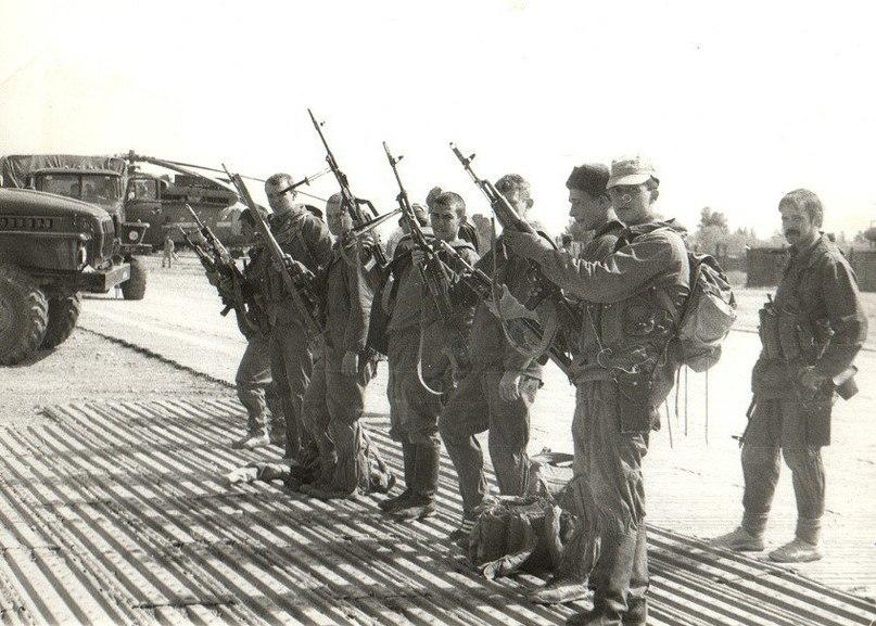 Старший лейтенант А.Тур (стоит сзади), рядовой Ошомок С.А. (стоит первый справа)