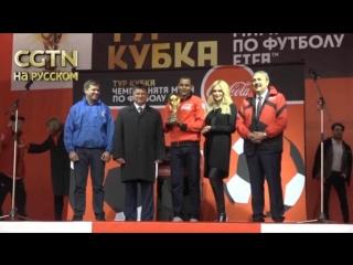 6-ти килограммовый золотой кубок ФИФА, главный трофей предстоящего ЧМ по футболу, прилетел во Владивосток из Токио