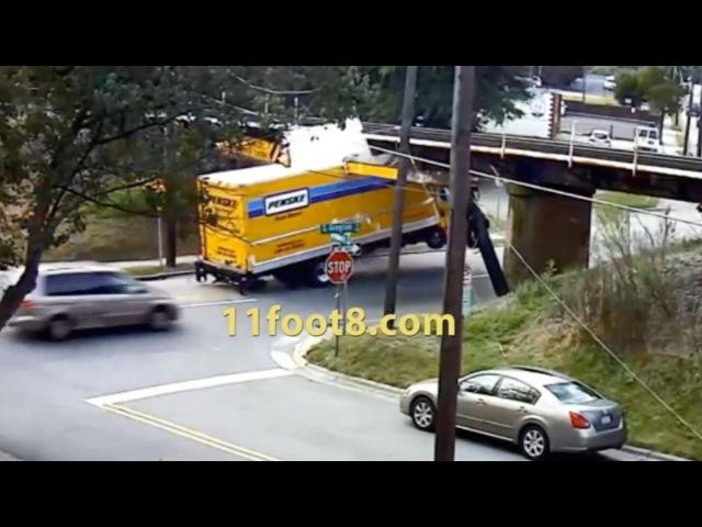 Невнимательные водители грузовиков бьют свои авто под низким мостом.
