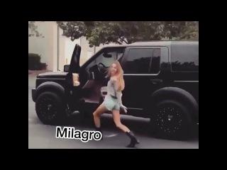 Танцует на ходу!Машина едет!Девченка жгет!Прикол.Угар!