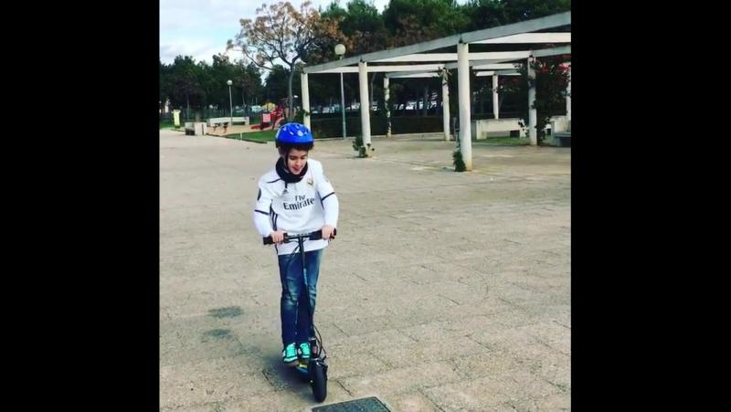 Как детский электросамокат RAZOR PowerCore E100 ездит по брусчатке