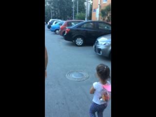 Анютка бегает с Олей