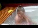 моя сестра Настя купается в ванне