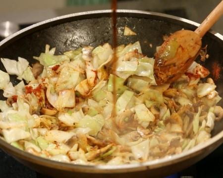 Тушеная капуста с грибами и соевым соусом, изображение №7