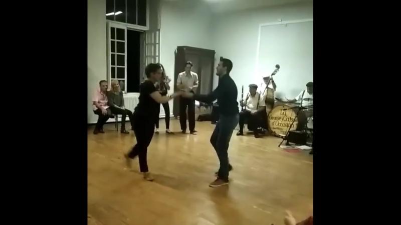 Мама Гийома танцует свинг