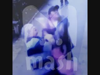 В Махачкале прохожие поймали девочку, выпавшую с пятого этажа