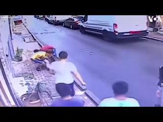 В Турции 17 летний парень поймал выпавшую из окна двухлетнюю девочку