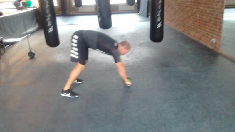 Алексей Рябцев упражнение с гимнастическим колесом.