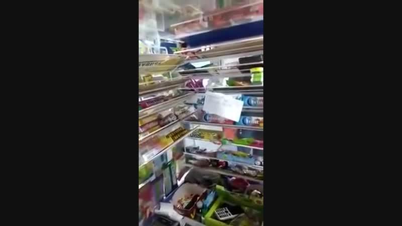 Омежка грабит магазин