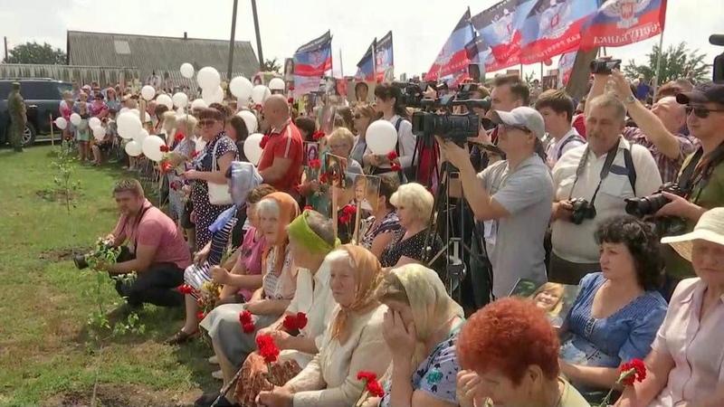 ВДонбассе жители ДНР почтили память пассажиров иэкипажа малайзийского Boeing Новости Первый канал