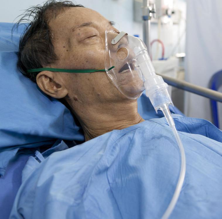 Некоторые пожилые люди с пневмонией нуждаются в дополнительном кислородном лечении.