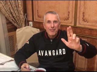 Тренер омского Авангарда Боб Хартли пообещал отправить бывшему форварду ястребов Илье Михееву несколько кастрюль борща