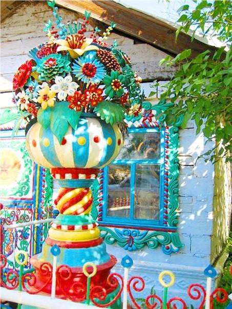 Дом русского кузнеца В деревне Кунара, Свердловская область, находится совершенно необычный дом.Этот дом видно издалека. Его отличает невероятное буйство красок, а также ювелирная работа по