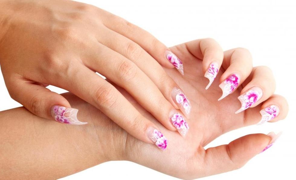 Женщина с украшенными акриловыми ногтями.