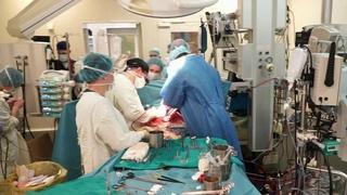 Российские хирурги впервые удалили опухоль сердца с помощью робота.
