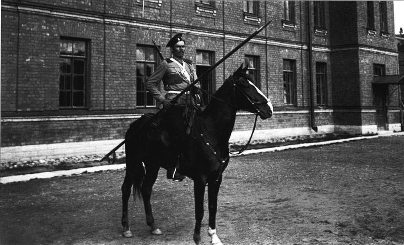 Боец Атаманского полка Лейб-гвардии патрулирует улицы. Два полка Гвардейского корпуса занимались охраной уже захваченных объектов и патрулированием города, пока иные продвигались вперёд.
