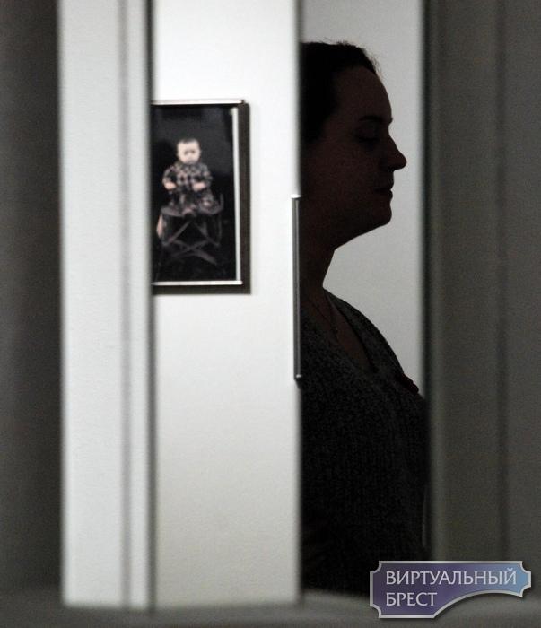 «Невидимая мать»... В Бресте выставка посвящена матери, а на фото только дети. В чём прикол?
