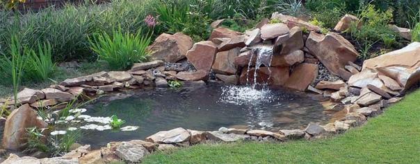 Остатки натурального камня от дорожек или строительства отлично подойдут для оформления пруда на даче