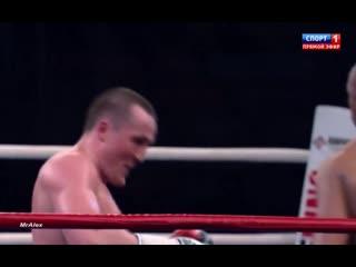 Рой Джонс пробивает точные боковые удары с двух рук - Денис Лебедев держит.