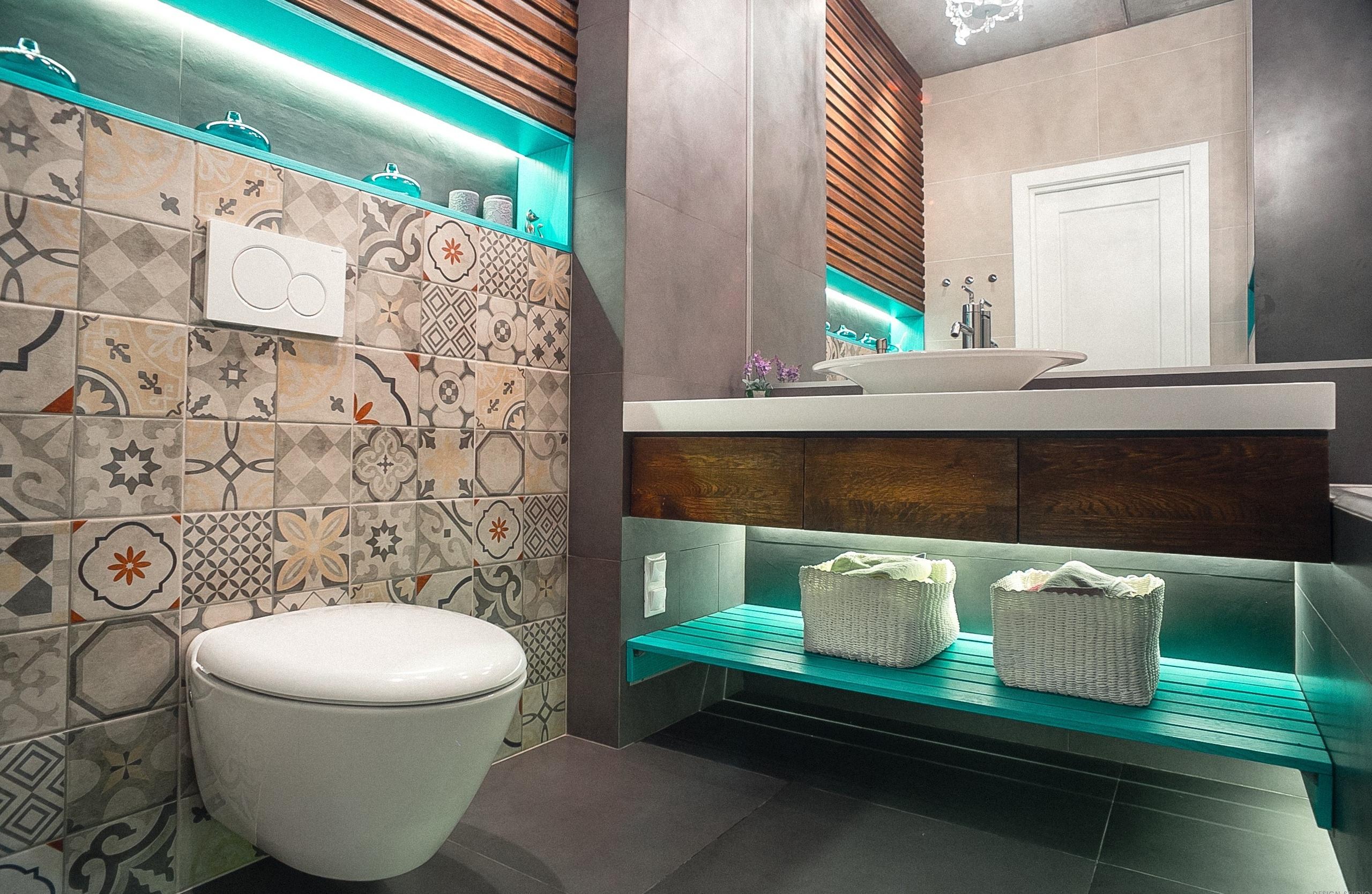 Современная ванная 6 кв.м. с плиткой с узором