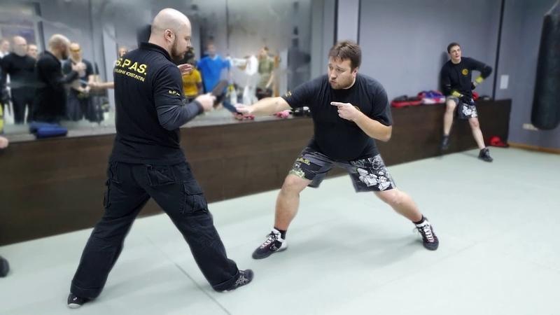 Атака с руки на ногу в ножевом бою S.P.A.S.