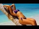 На пляже спасатель, у моря красотки - девушки в бикини, клёвые попки.
