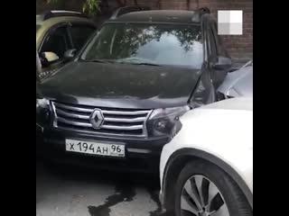 В екатеринбурге водитель mercedes «собрал» три машины на парковке - e1.ru
