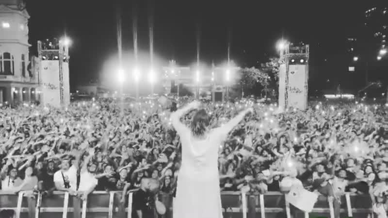 Marília Mendonça faz show surpresa na Praça da Estação em BH