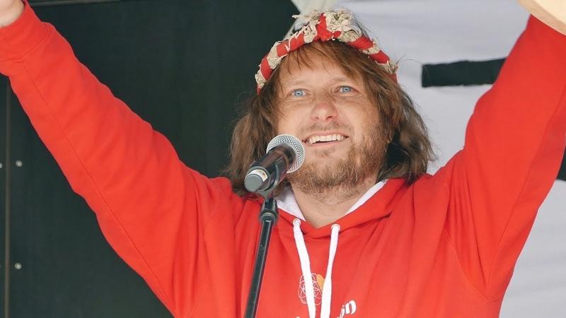✅ Demo für Grundrechte in Ulm 30 5 Der Mann im roten Shirt Corona